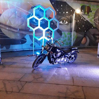 Мотоцикл и бочки с огнем